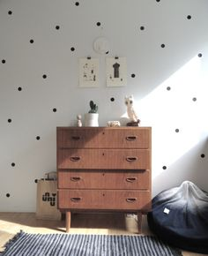 Perfet polka dot walls / Retro mod chest of drawers / mommo design Casa Kids, Polka Dot Walls, Polka Dots, Polka Dot Room, Vintage Dressers, Vintage Chest, Deco Design, Design Trends, Design Ideas