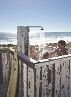 Lavage en famille, face à la mer, dans l'immense douche extérieure confectionnée par Rob.