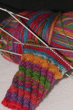 Best No Cost Crochet poncho chal Thoughts Büntchen: Meine neuesten Errungenschaften One Skein Crochet, Crochet Shawl Free, Basic Crochet Stitches, Easy Crochet, Poncho Knitting Patterns, Shawl Patterns, Knitting Socks, Crochet Patterns, Crochet Triangle