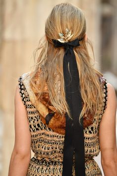 Chanel Cruise 2018 #hair That black ribbon with messy half braid