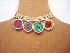 Gargantilla de ganchillo de círculos de colores. Por Calpearts. Susanna Calpe. http://calpearts.blogspot.com.es/p/colgantes.html