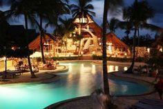 Zanzibar  UROA  Camere e servizi:le 100 camere sono situate in edifici a due piani e si dividono in varie tipologie; ogni stanza è arredata in stile zanzibarino ed é dotata di giardino o terrazzo, letto matrimoniale con zanzariera, ventilatore a pale, aria condizionata, cassaforte e phon.