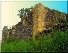 Le vieux château fort de Billom, posé sur le Grand Turluron, n'est plus qu'une ruine cachée par les grands arbres.... Mais sa visite est très instructive car elle oblige le découvreur à regarder partout pour trouver des indices.... Venez avec moi dans une chasse aux trésors---> en pierre.