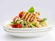 Ruokaisa makaronisalaatti riittää hyvin pääruoaksi. Salaatin voi tehdä myös tavallisista makaroneista.