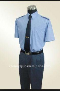 Chemisette blanche ou bleue ciel ( rappel couleur logo )  Bien taillée  De qualité c est a dire indefroissable si possible !