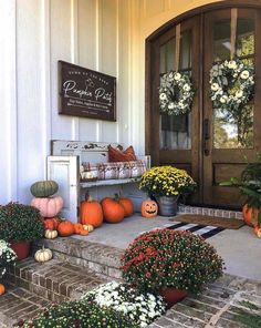 31 Modern Fall Porch Decor Ideas For You - Page 3 of 31 - Septor Planet Summer Front Porches, Small Front Porches, Front Porch Design, Decks And Porches, Autumn Porches, Porch Designs, Potted Mums, Modern Farmhouse Decor, Painted Pumpkins