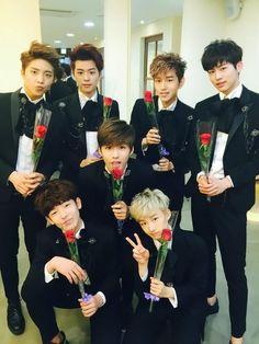 로미오(ROMEO) @ teamct_romeo May 14th ------------ [강민] 오늘은 로즈데이!!~ 저희 로미오도 여러분을 위해 장미를 준비했어요 꽃을 든 남자~ 여러분의 First Love! #로미오 입니다! 이따 엠카에서 만나요 뿅♥_♥ #니가_꽃보다_더_예쁘니까
