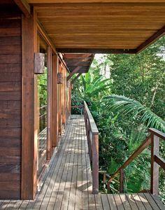 Casa de madeira, na encosta da Mata Atlântica,projeto de Silvio Sant'Anna e Ana Vidal.