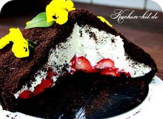 Maulwurfkuchen Rezept – ein schneller und ausgefallener Kuchen ohne Backen mit… Mole cake recipe – a fast and fancy cake without baking with Oreo biscuits and strawberries. Crazy Cakes, Fancy Cakes, Sweet Recipes, Cake Recipes, Oreo Biscuits, Food Cakes, No Bake Cake, Soul Food, Sweets