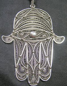 Khamsa berbère. Berber, National Symbols, Filigree Jewelry, Hand Of Fatima, Hamsa Hand, Ethnic Jewelry, Tatoos, Bling, Pendants