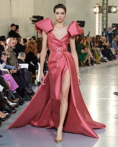 Browse Couture Spring 2020 pictures from the Elie Saab runway show. Fashion 2020, Runway Fashion, Fashion Show, Fashion Design, Latest Fashion Clothes, Fashion Outfits, Rave Outfits, Elie Saab Couture, Moda Fashion