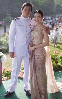 looks like cascading fabric in back. Laos Wedding, Thailand Wedding, Khmer Wedding, Thai Traditional Dress, Traditional Wedding Dresses, Traditional Outfits, Cambodian Wedding Dress, Thai Wedding Dress, Kebaya Dress