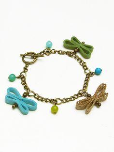 Pulsera con Charms  en tonos turquesa-verdoso  de mariposas hechas a mano  en cinta rustica de algodon y antelina,  elaborada con cadena  en color bronce antiguo  y cuentas de colores.