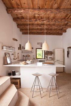 Una #cocina muy especial en la que combinan muebles blancos con techo de #madera. #cocinaspequeñasrusticas