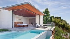 Interior Design Magazine: Full-length glass doors open up onto an outdoor pool bringing the outside in. Designed by Studio William Hefner. Interior Design Magazine, Indoor Outdoor Living, Outdoor Spaces, Outdoor Pool, Yard Design, House Design, Beverly Hills Houses, Design Exterior, Los Angeles Homes