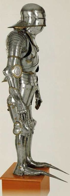 Armor design often mimicked clothing fashions. When long-toed shoes were in vogue, long-toed armor also became fashionable. Unfortunately, such armor was only beneficial while the wearer was mounted. If dismounted, it would be impossible to run from one's enemies. It would be comparable to running while wearing skis.