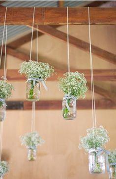 petits bouquets de fleurs suspendus au niveau de la poutre sous le garage