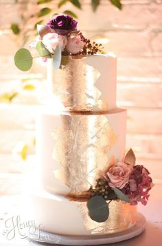 9818a29fd828f1 10 Gold Leaf Wedding Cakes To Snag Inspiration From