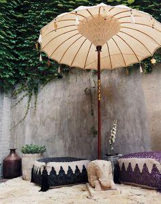Prachtige Bali/Ibiza parasol. Erg leuk voor uw terras, strandclub, evenement of achtertuin/balkon. Laat de lente/zomer maar weer komen!