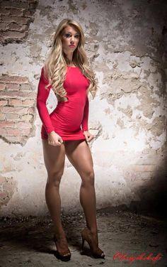 Blondes #Fitnessmodel mit unglaublichen #Quads