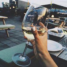taça de vinho branco em mão de mulher