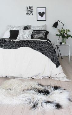 一日の疲れをとり、良いイメージで眠りにつくのにピッタリのモノトーンのベッドルーム。テクスチャーが異なっても、モノトーンでまとまっていればOKです。