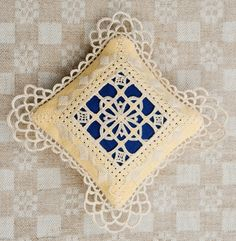 Hardanger Embroidery Reticello kussentje ~ 11 draden/cm ~ by Jeanny Merkalapperie Types Of Embroidery, Learn Embroidery, Embroidery Patterns, Hand Embroidery, Picot Crochet, Irish Crochet, Bordado Tipo Chicken Scratch, Bookmark Craft, Drawn Thread