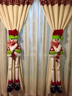 DIY Snowman Curtain Holders For Christmas Party DecorationsDiscover thousands of images about SituadaPeppy Christmas Bedroom Decoration Ideas That Echo the Festive Cheer Christmas Makes, Christmas Projects, Christmas Home, Holiday Crafts, Christmas Holidays, Christmas Party Decorations, Felt Christmas Ornaments, Christmas Wreaths, Christmas Stockings