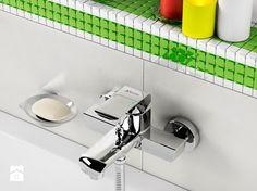 biało zielona mozaika w łazience i bateria wannowa o klasycznym wzornictwie