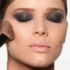 Olhos esfumados de preto exigem alguns truques para fugir do efeito panda e criar um look harmônico. Quer saber como fazer esta make? http://cacamakeup.com.br/10-passos-para-o-esfumado-preto-perfeito-nos-olhos/