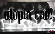 Cajas de luz, ideales para rótulos que puedes llenarlos de artículos con textura o que tengan que ver con tu negocio, le darán un toque muy original.