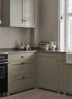 Nordiska Kök - Detta ljljusgröna shakerkök är platsbyggt i vårt snickeri utanför Göteborg. Upptäck den senaste köksdesignen, inspireras och få idéer till ert nya kök på vår instagram @nordiskakok #kök #köksinspiration #kitcheninspo #nordicdesign #scandinaviandesign #kitchen #shaker #shakerkök #kitchendesign #minimalist #nordichome #scandinavianhome #interiors #interior #architecture #köksinspo #køkken #köksinspiration