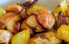 Serve this delicious Portuguese roasted chicken with bacon and beer frango assado com bacon e cerveja with white rice andor a salad Roast Chicken With Bacon, Best Roasted Chicken, Roasted Chicken And Potatoes, Beer Chicken, Stew Chicken Recipe, Chicken Wing Recipes, Chicken Wings, Beer Recipes, Potato Recipes