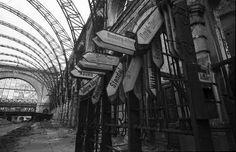 Berlin: Lehrter Bahnhof vor dem Abriss; Blick in die zerstörte Halle; Fahrtrichtungsschilder