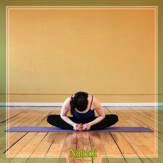 ¡Actívate con esta sencilla rutina!   Siéntate en el piso con las rodillas dobladas y espalda derecha. Junta las plantas de tus pies dejando que las rodillas caigan a los lados. Toma tus tobillos con las manos y con la espalda recta dobla hacia enfrente, acercando la cabeza a tus pies. Haz 3 sets de 10 repeticiones.