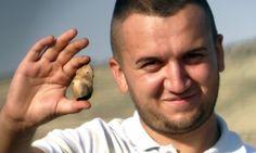 Ziua 12: Andrei cu un fragment de figurină feminină, coapsa dreaptă.