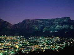 Der Tafelberg in Kapstadt wird nur zur Weihnachtszeit in der Nacht angestrahlt.
