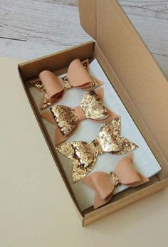 Set of beige and sparkly hair cli… Hair accessories gold glitter bows hair clips. Set of beige and sparkly hair clips. Making Hair Bows, Diy Hair Bows, Bow Hair Clips, Gold Hair Accessories, House Accessories, Diy Accessoires, Felt Bows, Girls Bows, Bandeau