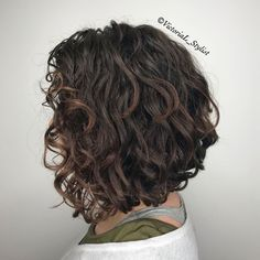 Wavy brunette bob with subtle highlights the subtle chocolate highlights th Curly Hair Styles, Haircuts For Curly Hair, Curly Hair Cuts, Short Curly Hair, Short Bob Hairstyles, Hairstyles Haircuts, Frizzy Hair, Medium Hairstyles, Medium Curly Bob