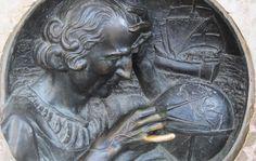 """""""Il Dito di Colombo"""" Tra i luoghi più curiosi della prima capitale d'Italia ce n'è uno al quale i torinesi sono particolarmente legati. Si tratta del dito mignolo di Cristoforo Colombo, situato nella centralissima Piazza Castello a pochi passi dalla Biblioteca Reale e dal complesso del Palazzo Reale di Torino."""