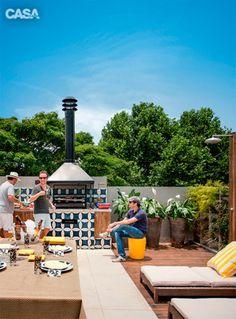 O pessoal se reúne no solário do anexo que possui uma churrasqueira e um deque.