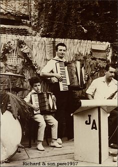 Richard Galliano, * 1950, der große Jazz-Akkordeonist mit seinem Vater im Jahre 1957. Hier der Libertango a la Richard Galliano: http://youtu.be/quZuGOcmVQ0 Stichworte: #Accordion, #Player, #Music, #Video, #Photography, #Vintage