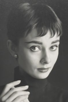 Celebrities with bad skin,. Audrey Hepburn Pixie, Audrey Hepburn Photos, Aubrey Hepburn, Classic Hollywood, Old Hollywood, Viejo Hollywood, Joan Crawford, Vintage Photography, Movie Stars