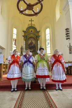Lapujtő hungarian folk costumes
