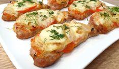Klasické rezne boli dlho číslom jedna na našom jedálničku.Odkedy sme však ochutnali tieto skvelé zapekané plátky z bravčového karé podľa receptu z youtube, všetci dajú prednosť radšej im!Potrebujeme:1 kg bravčového karé2 cibule1 paradajku240 g syra1 … Shrimp, Chicken Recipes, Pork, Cooking Recipes, Meat, Kale Stir Fry, Chef Recipes, Pork Chops