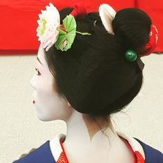 June 2015: maiko Katsutomo with waterlily-and-frog kanzashi by @apest78 on Instagram
