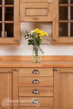 30 Affordable Kitchens With Oak Cabinets Ideas 45 - ComeDecor White Oak Kitchen, Solid Wood Kitchen Cabinets, Glass Kitchen Cabinet Doors, Solid Wood Kitchens, Kitchen Dresser, Kitchen Cabinet Colors, Oak Cabinets, Wooden Kitchen, Painting Kitchen Cabinets