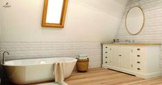 Skandynawska łazienka, łazienka w bieli, drewno w ąłzience, cegła na ścianie. Zobacz więcej na: https://www.homify.pl/katalogi-inspiracji/34011/7-trikow-na-wieksza-lazienke