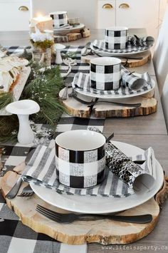Rustic Black and White Christmas Table -wood chargers, a chocolate birch bark yule log cake, and handmade clay mushrooms make this woodsy table special. Would also be nice for a winter table in Jan or Feb Christmas Table Settings, Holiday Tables, Christmas Tables, Dresser La Table, Wood Chargers, Yule Log Cake, Fall Table, Winter Table, Birch Bark