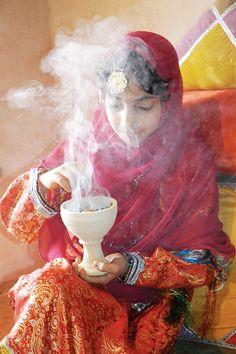 Wer mit wachen Sinnen durch Oman reist, der taucht ein in eine betörende Duftkultur, entdeckt Bilder aus längst vergangenen Zeiten und hört neben den Stimmen und Klänge Arabiens auch jene Afrikas und Indiens.